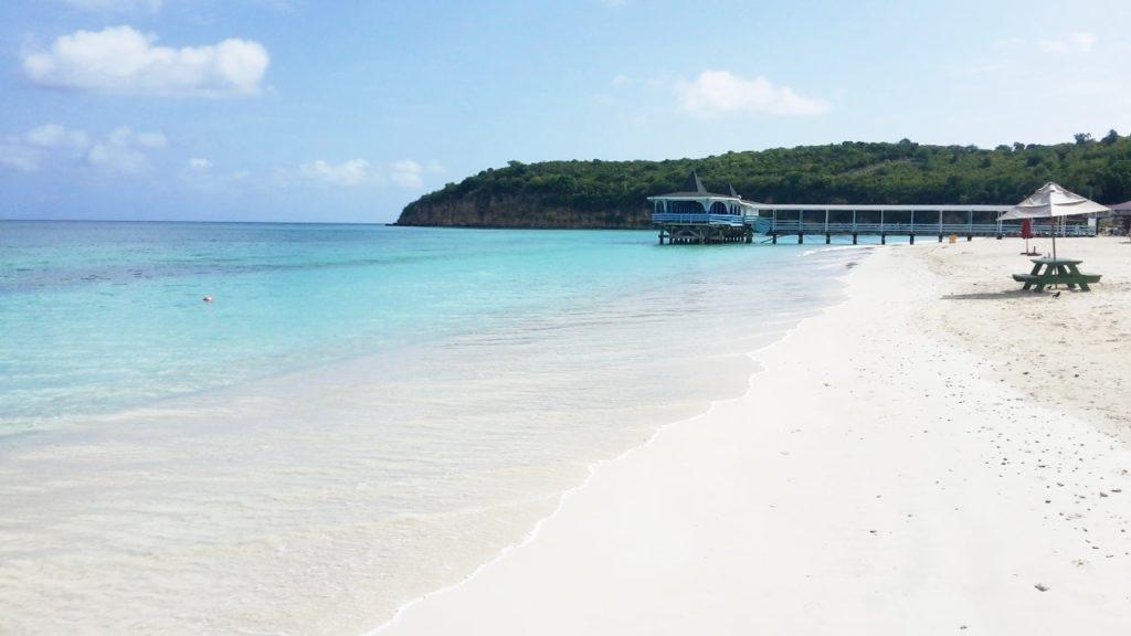 La bellissima e rinomata spiaggia di Dickenson Bay Antigua